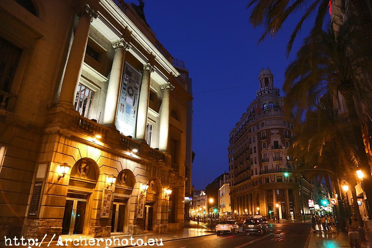La calle de las barcas: Teatro Principal y Banco de Valencia, por Archerphoto