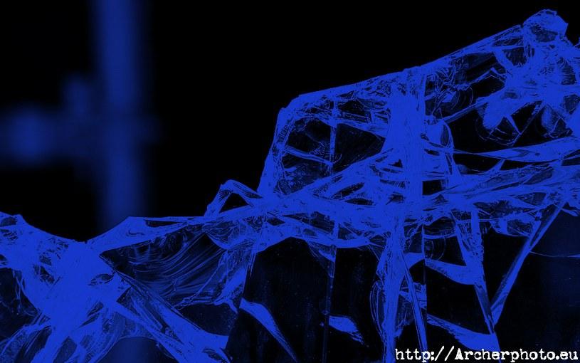 Fotografía de cristales rotos en tonos azules por Archerphoto, fotógrafo publicidad en Valencia.