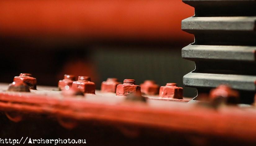 Tuercas y tornillos en rojo, por Sergi Albir, fotógrafo profesional