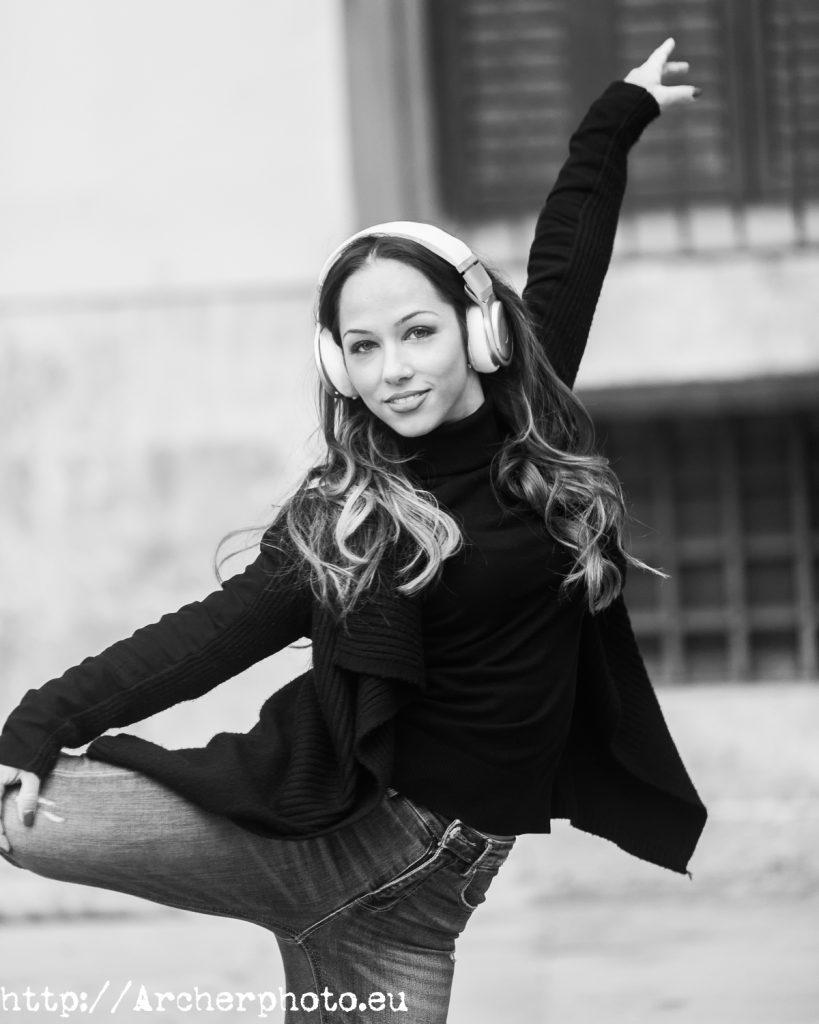 Andrea Vidaurre bailando en la calle, fotografo Valencia, Puerto de Sagunto, Archerphoto