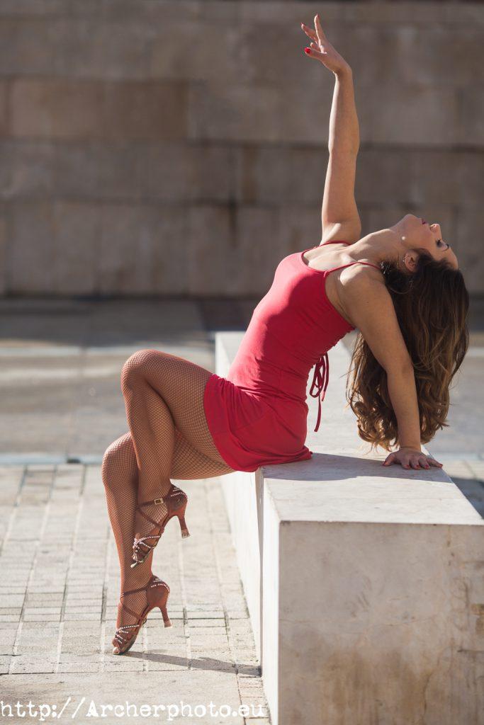 Andrea Vidaurre bailarina sesión de fotos bailando en la calle en Valencia, fotógrafo Archerphoto