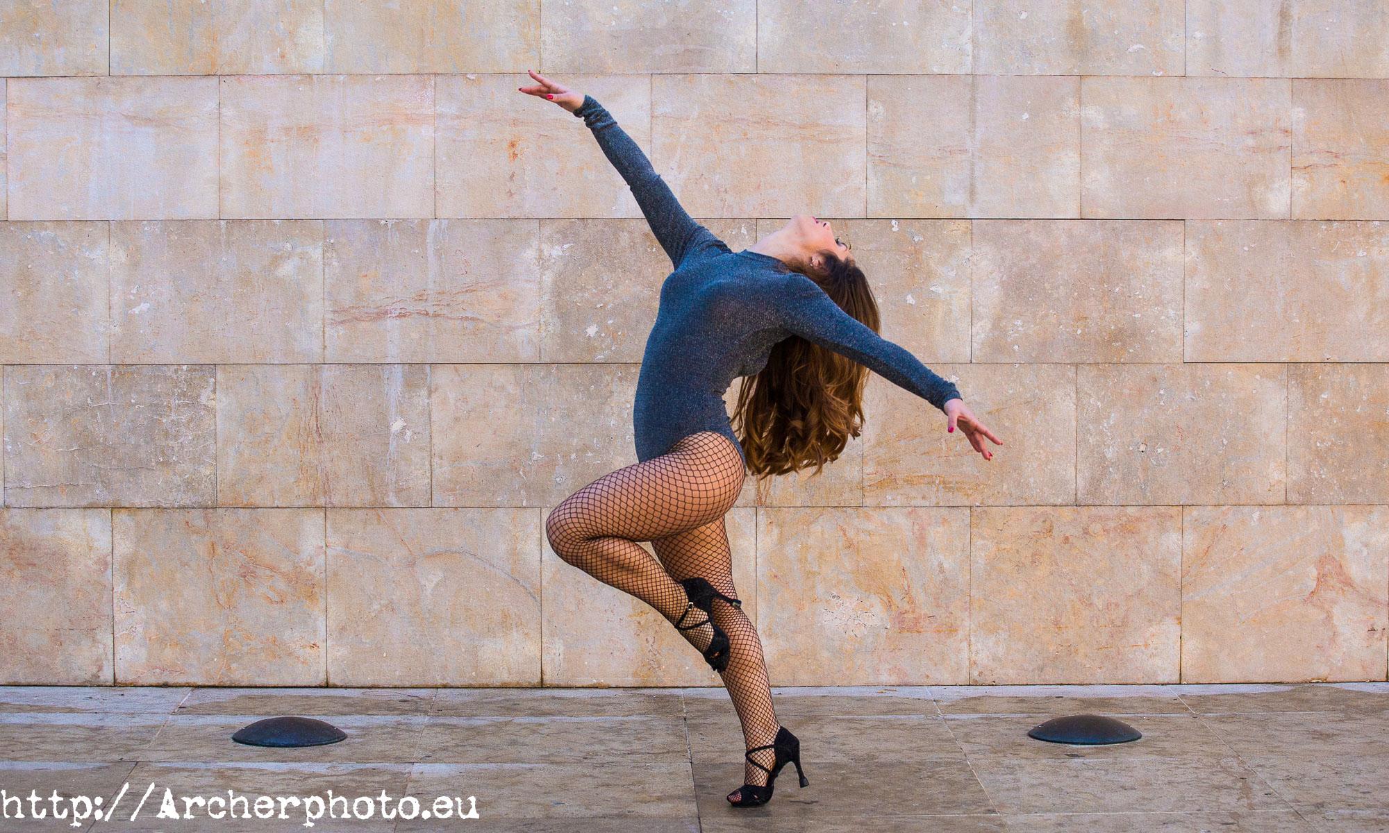 Andrea Vidaurre bailando en la calle, fotografos Valencia
