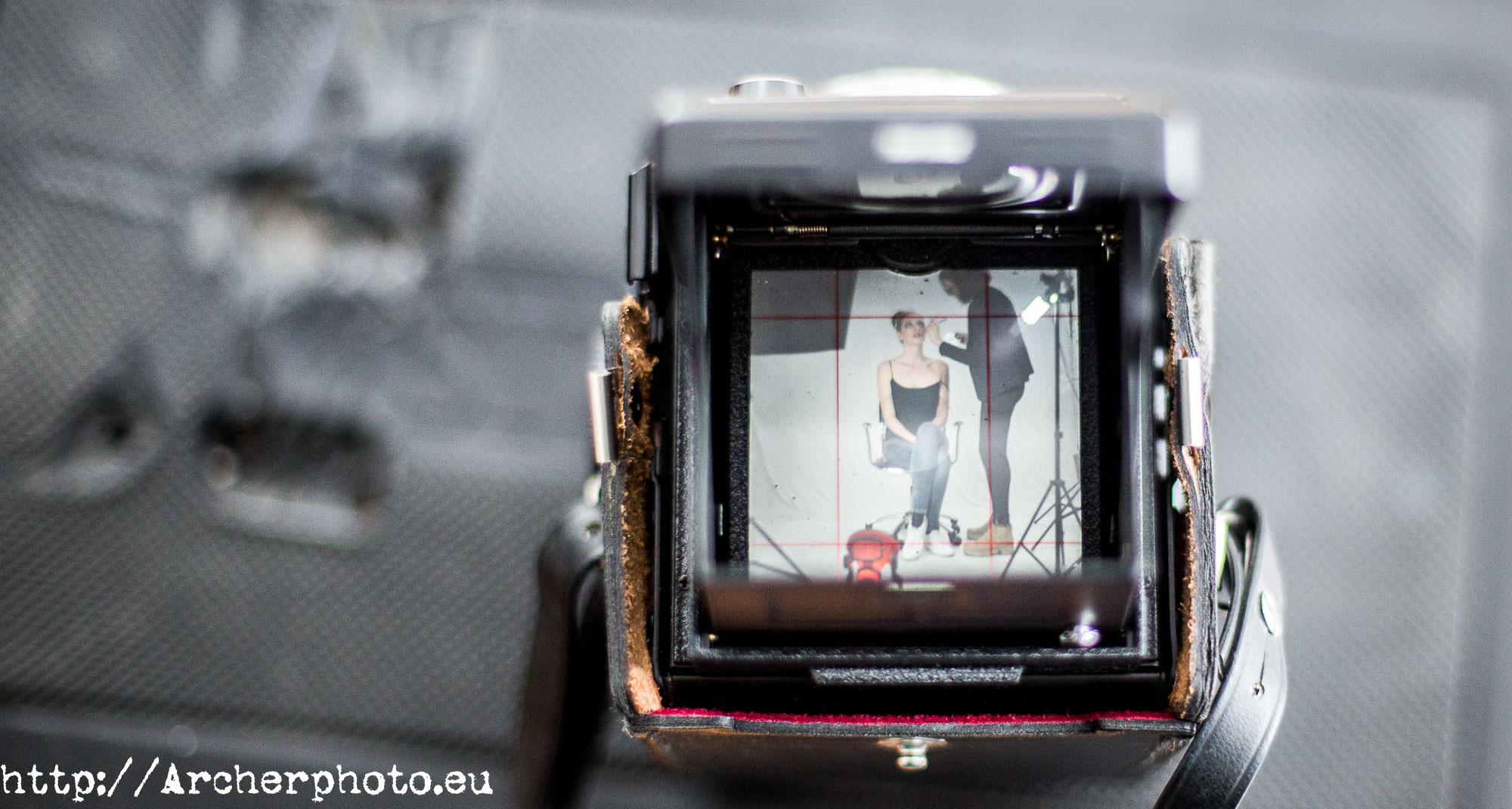 Mirando a través de una cámara de formato medio.