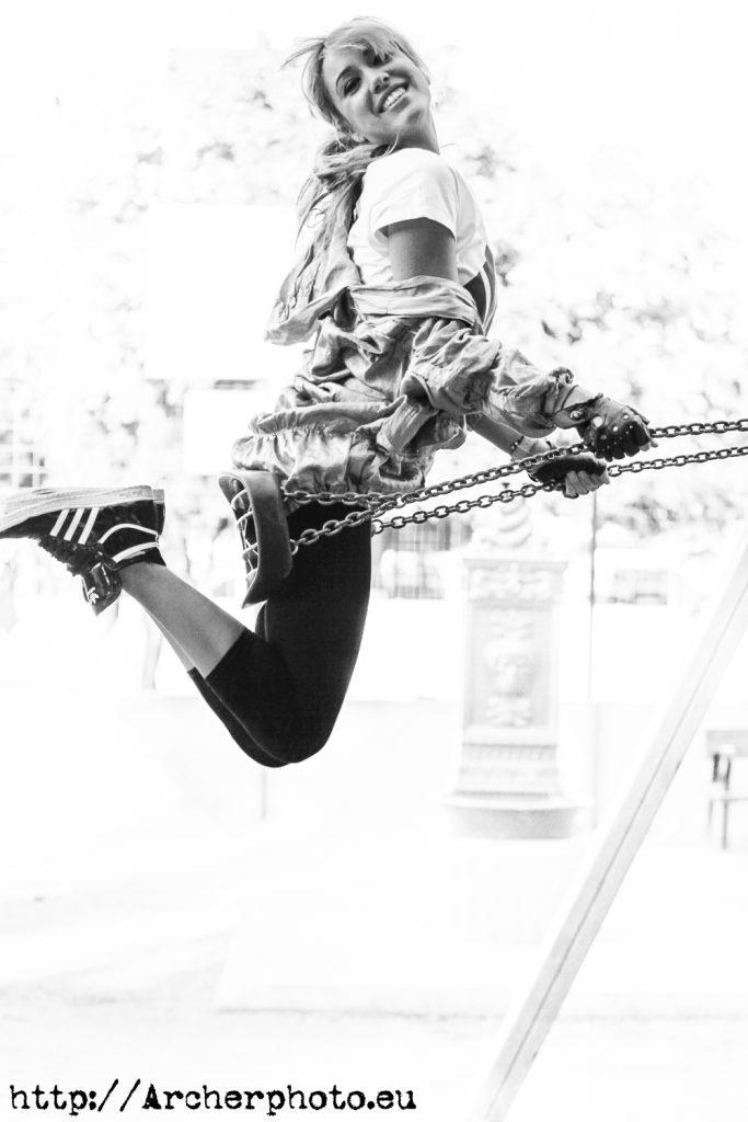 Patty volando en un columpio en su sesión de fotos en Valencia