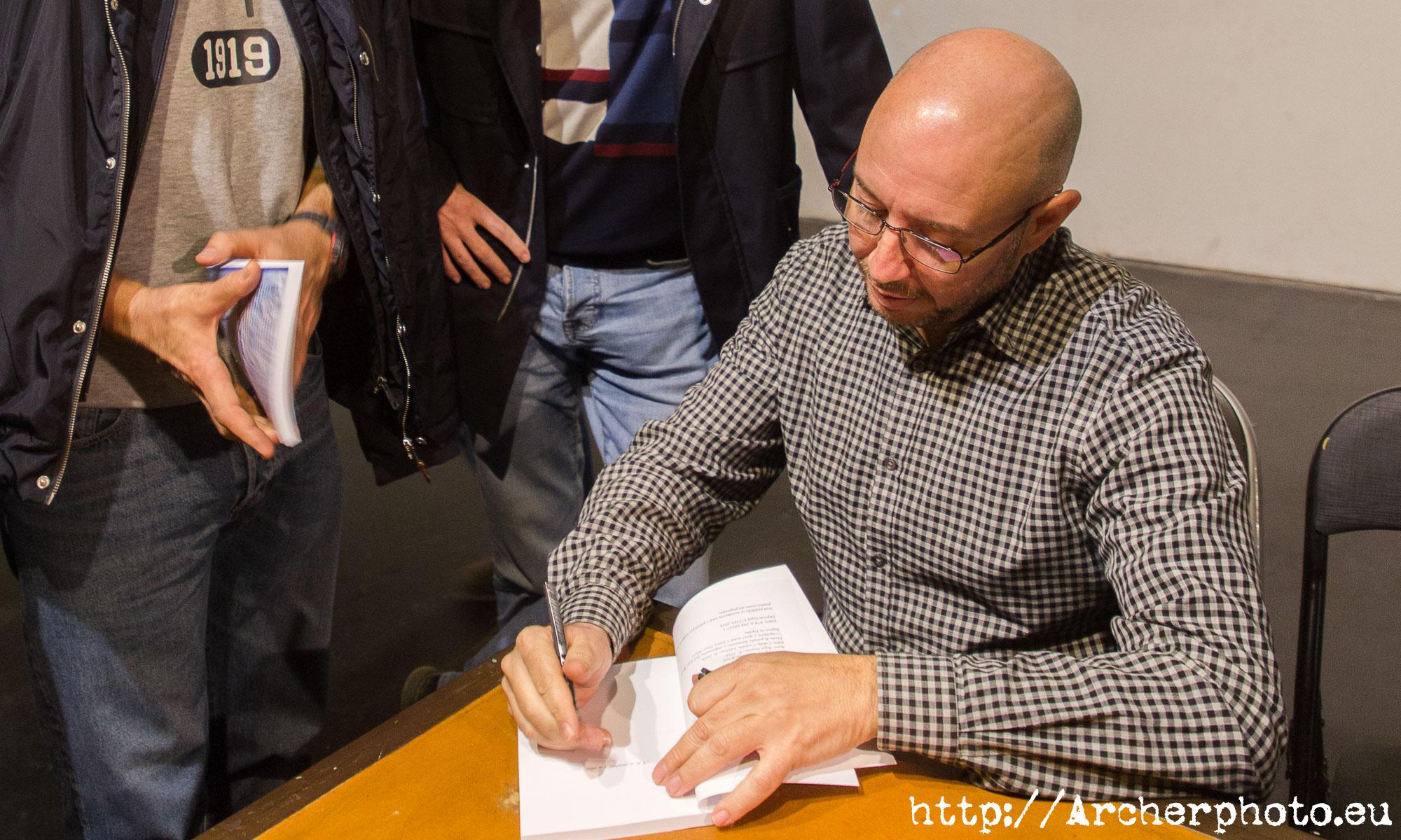 Ángel Pontones firmando su primer libro, por Archerphoto, Sergi Albir