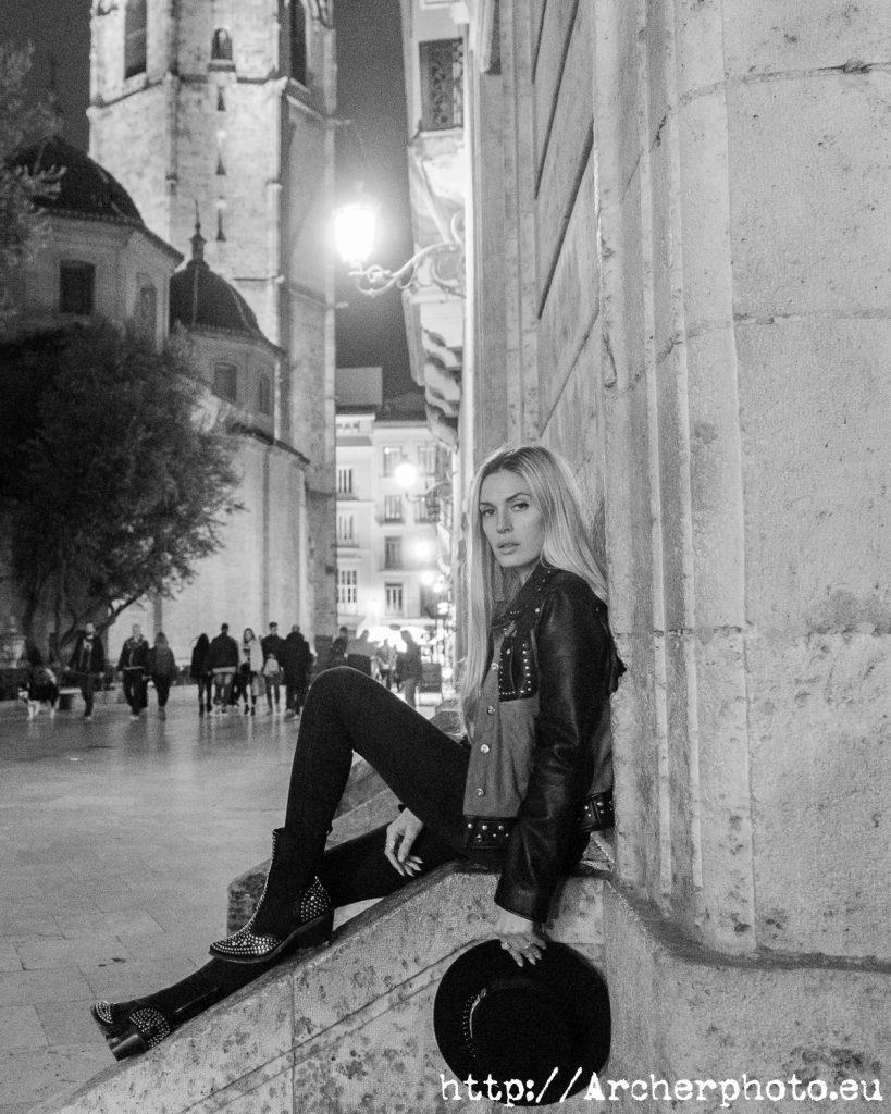 Paula Romarti ante el Micalet en el post sobre fotografía y marca personal de Archerphoto, fotografos València.