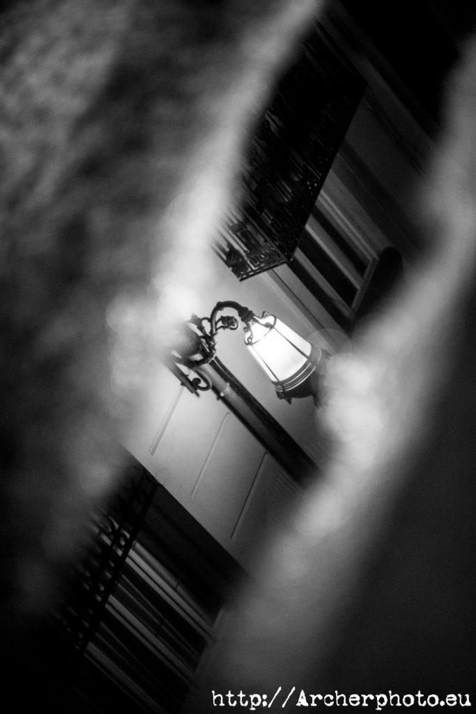 Una farola reflejada en un charco, imagen de Archerphoto, fotógrafos Valencia