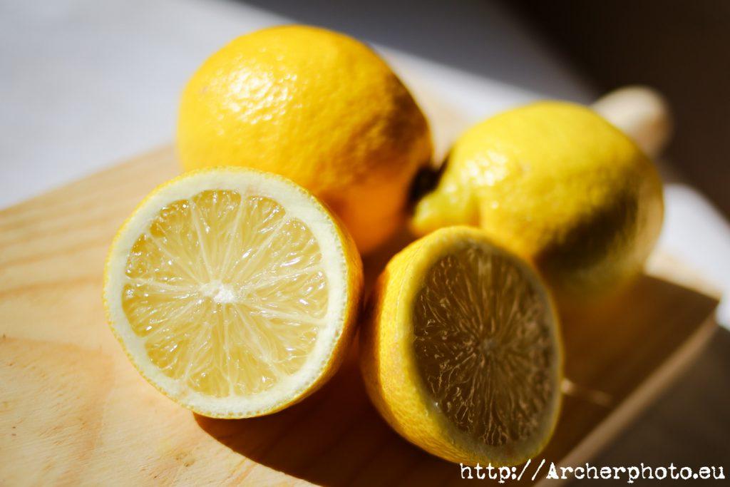 Limones en el estudio, muestra de iluminación lateral.