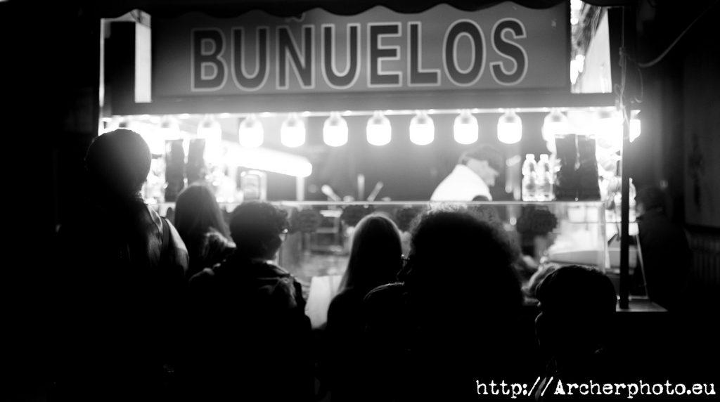 Una parada de buñuelos en blanco y negro, por Archerphoto, fotógrafo profesional
