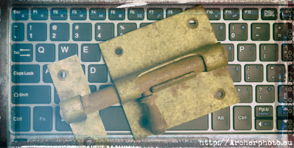 Imagen de Archerphoto de un cerrojo sobre un teclado para el post cómo actuar si te copian
