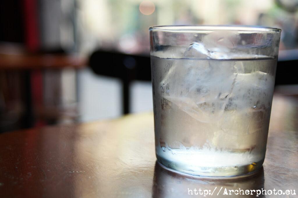 Un vaso en el Café del Negrito, en València, con mucho bokeh. Fotografía de Archerphoto