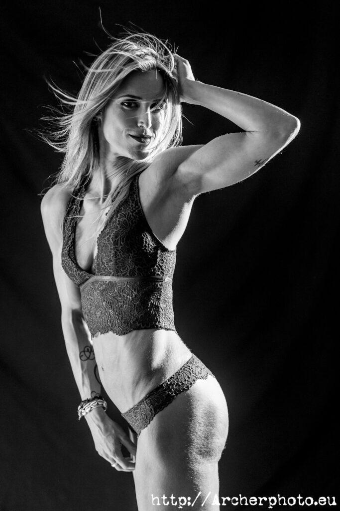 sesión de fotos en València con Leticia, foto de estudio en blanco y negro