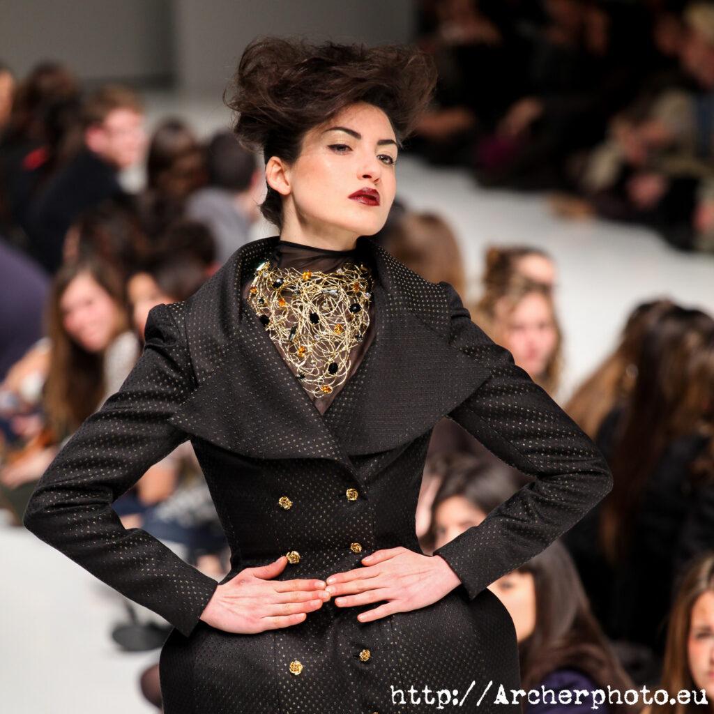Una modelo en un desfile de Higinio Mateu en 2011. ¿Cómo funciona una agencia de modelos?