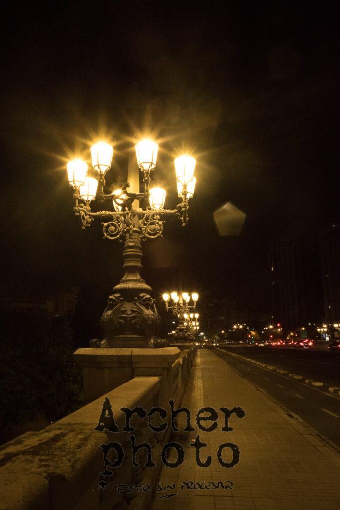 Una foto con el Canon 28 2,8 FD, realizada por Archerphoto, fotógrafo profesional en València, Foto sin procesar, farolas en un puente.