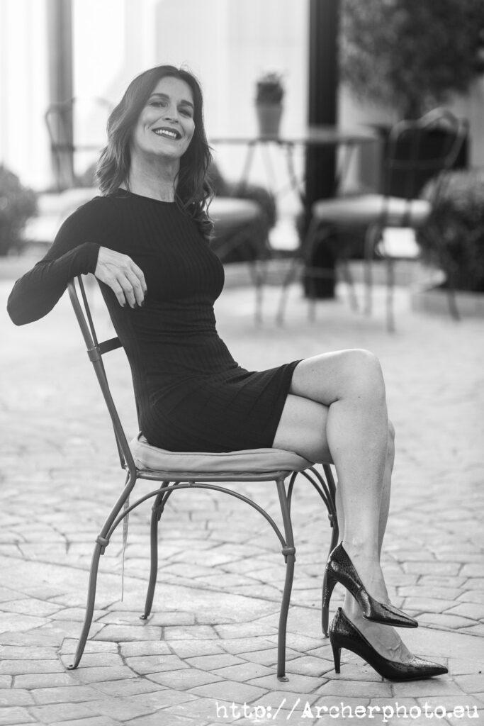 Sesiones de fotos en València y Altea con Ellianne en 2020 y 2021, por Archerphoto, fotógrafo profesional. Ellianne sentada en la terraza interior del Westin.