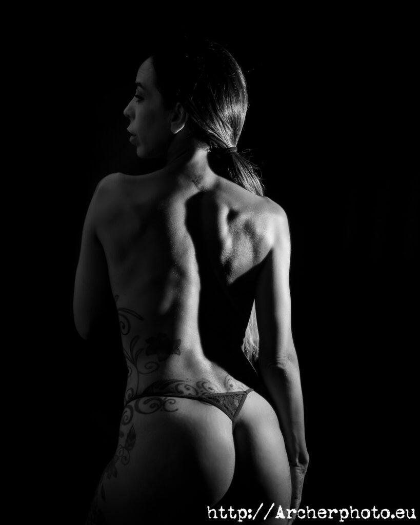 Boudoir en estudio 2021: sesión de fotos con Delfi Cubedo por Archerphoto, fotografo Valencia, espalda